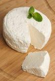 Le fromage frais, est sur le conseil Photos stock