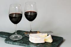 Le fromage français d'amour de camembert et le vin rouge datent Image libre de droits