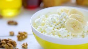 Le fromage friable et blanc de petit déjeuner sain - avec la banane, les noix, les croissants, le miel et l'airelle bloquent dans clips vidéos