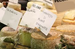 Le fromage italien à vendre avec le pecorino de labels signifie le fromage avec s Images stock