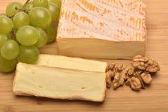 Le fromage sur le conseil en bois Photos stock