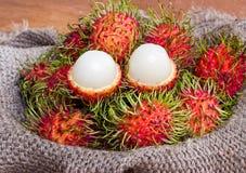 Le fruit asiatique a épluché le ramboutan et le ramboutan sur le sac Images libres de droits