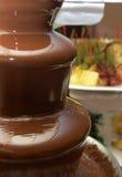 Le fruit, baies s'est préparé à la fontaine de chocolat Images libres de droits