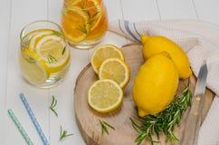 Le fruit de Detox a infusé l'eau assaisonnée photographie stock