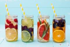 Le fruit de Detox a infusé l'eau assaisonnée Cocktail fait maison régénérateur d'été Consommation propre Photo libre de droits