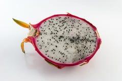 Le fruit du dragon a coupé dans la moitié sur un plan rapproché blanc de fond Images stock