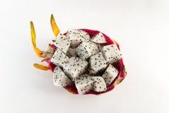 Le fruit du dragon a servi à un dessert sur le fond blanc Image stock