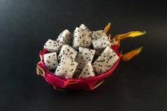 Le fruit du dragon a servi à un dessert sur le fond noir Images libres de droits