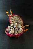 Le fruit du dragon a servi à un dessert sur le fond noir Image stock