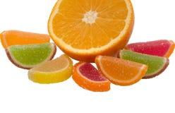 Le fruit gélifient les sucreries et l'orange de sucre d'isolement sur le fond blanc Images stock