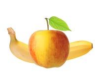 Le fruit rouge et jaune de pomme avec la feuille et la banane vertes a isolé o Images libres de droits