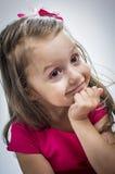 Le förvånad liten flicka Arkivbild