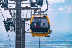le funiculaire descend au pied de la montagne dans les montagnes polonaises, le funiculaire vis-à-vis du ciel bleu dans les monta image stock