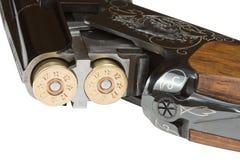 Le fusil de chasse avec des munitions douze-mesurent. Photographie stock