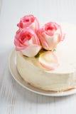 Le gâteau blanc doux de buttercream avec la rose de rose fleurit sur le dessus Photographie stock libre de droits