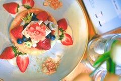 Le gâteau chaud de casserole de vue supérieure a complété avec les fraises fraîches, blueberri image stock