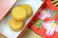 Le gâteau chinois de lune et la fan chinoise orientale rouge pour célèbrent dans le mi festival d'automne Photos stock