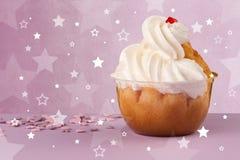 Le gâteau coloré délicieux avec l'étoile forme sur le fond Image stock