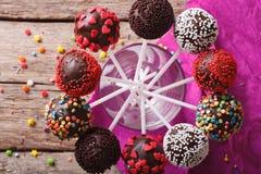 Le gâteau coloré délicieux saute dans un plan rapproché en verre dessus horizontal photographie stock