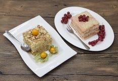 Le gâteau délicieux frais de régime avec le Physalis de baie et la groseille rouge chez Dukan suivent un régime d'un plat de porc Images stock