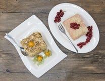Le gâteau délicieux frais de régime avec le Physalis de baie et la groseille rouge chez Dukan suivent un régime d'un plat de porc Photo stock