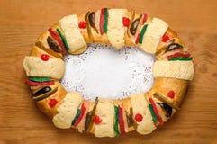 Le gâteau d'épiphanie, rois durcissent, Rosca de Reyes ou Roscon de Reyes Photo stock