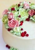Le gâteau d'anniversaire avec des fleurs s'est levé sur le fond clair Images libres de droits