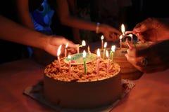 Le gâteau d'anniversaire avec la partie de célébration, joyeux anniversaire à vos amis sont amusement photos stock