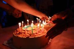 Le gâteau d'anniversaire avec la partie de célébration, joyeux anniversaire à vos amis sont amusement images libres de droits