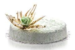 Le gâteau d'anniversaire avec le pavot et le fondant lacent la décoration, morceau de gâteau crème, la pâtisserie, photographie p Photos libres de droits