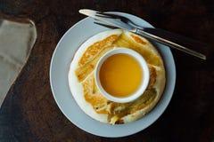 Le gâteau de Baban se trouve du plat blanc rond sur la table en bois Crêpe de banane de plat Images stock