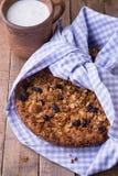 Le gâteau de banane avec la farine d'avoine et la granola de raisins secs complètent Image stock
