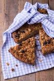 Le gâteau de banane avec la farine d'avoine et la granola de raisins secs complètent Photos stock