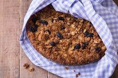 Le gâteau de banane avec la farine d'avoine et la granola de raisins secs complètent Photographie stock libre de droits
