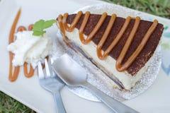 Le gâteau de banoffee versent le caramel dans le plat blanc Photographie stock