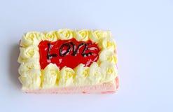 Le gâteau de beurre de fraise décorent l'amour pour le Saint Valentin Images libres de droits