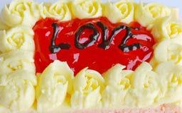 Le gâteau de beurre de fraise décorent l'amour pour le Saint Valentin Photographie stock libre de droits