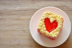 Le gâteau de beurre de fraise décorent le coeur rouge pour le Saint Valentin Photos stock