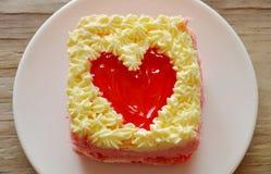 Le gâteau de beurre de fraise décorent le coeur rouge pour le Saint Valentin Photographie stock libre de droits