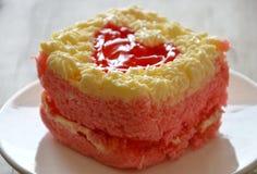 Le gâteau de beurre de fraise décorent le coeur rouge pour le Saint Valentin Images stock