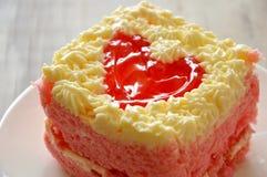 Le gâteau de beurre de fraise décorent le coeur rouge pour le Saint Valentin Image stock