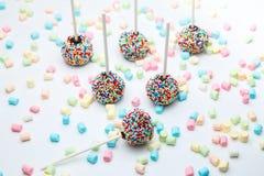 Le gâteau de 'brownie' saute avec les perles et la guimauve de sucre de couleur Photos libres de droits