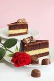 Le gâteau de chocolat avec s'est levé Images stock
