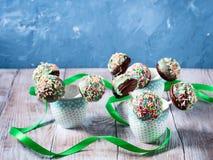 Le gâteau de chocolat coloré saute dans des tasses Photo libre de droits