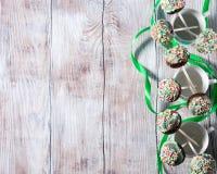 Le gâteau de chocolat coloré saute sur le fond en bois Images stock