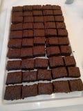 Le gâteau de chocolat a coupé dans les places sur un plateau Photographie stock libre de droits