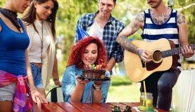 Le gâteau de chocolat est cadeau gentil à la fille des amis image libre de droits