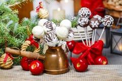 Le gâteau de chocolat saute dans l'arrangement de Noël Image stock