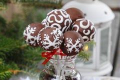 Le gâteau de chocolat saute dans l'arrangement de Noël Photo libre de droits