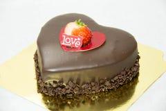 Le gâteau de coeur de chocolat orthographie l'amour Photographie stock